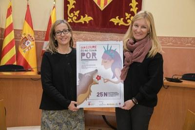 La regidora d'Igualtat i l'alcaldessa amb el cartell d'enguany del 25N a Rubí (foto: Ajuntament de Rubí – Localpres).
