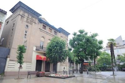 D'aquí a uns mesos, es preveu que el Casino Espanyol passi a mans de l'Ajuntament i, per extensió, de tota la ciutat .