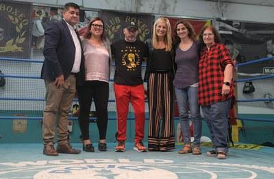 L'alcaldessa i el president del Club de Boxa Rubí amb els regidors  i dues membres d'AVAN (foto: Ajuntament de Rubí – Localpres).
