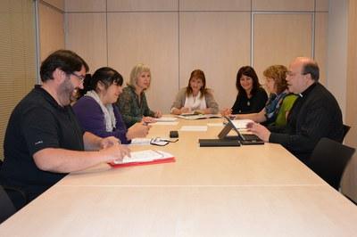 La regidora Marta García, amb els membres de la Taula d'entitats de Rubí per la inclusió social.