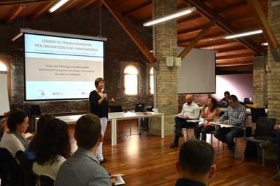 Elena Trilla es dirigeix als assistents en un moment de la sessió a la Masia de Can Serra.