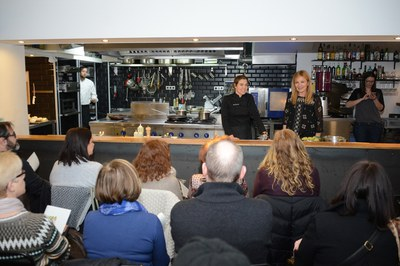 Ada Parellada i Ana María Martínez, dirigint-se a la quarantena de persones que han assistit al 'show cooking' (foto: Localpres).