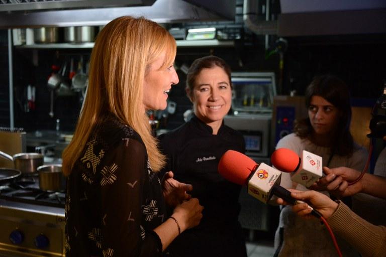 L'alcaldessa i la xef han presentat l'inici d'aquesta segona edició del Tasta Rubí davant dels mitjans de comunicació (foto: Localpres)