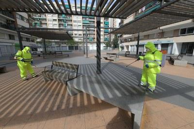 Operaris realitzant tasques de desinfecció (foto: Ajuntament de Rubí – Localpres).