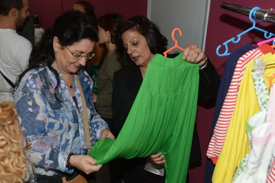 L'alcaldessa examinant una de les peces de roba (foto: Localpres).