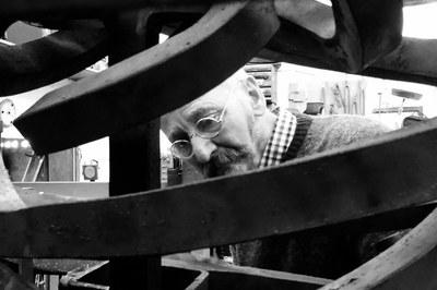 Xavier Costa al seu estudi (foto: xaviercostaescultor.com).