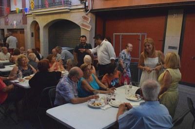 L'alcaldessa i el regidor, saludant els assistents a la botifarrada popular de les festes del carrer Sant Jaume (foto: Localpres).