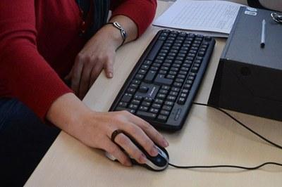 Els joves comparteixen els seus coneixements digitals amb persones adultes que no dominen les noves tecnologies.