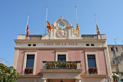 Banderes a mig pal en solidaritat amb les víctimes rubinenques el 2017 (foto: Ajuntament de Rubí).