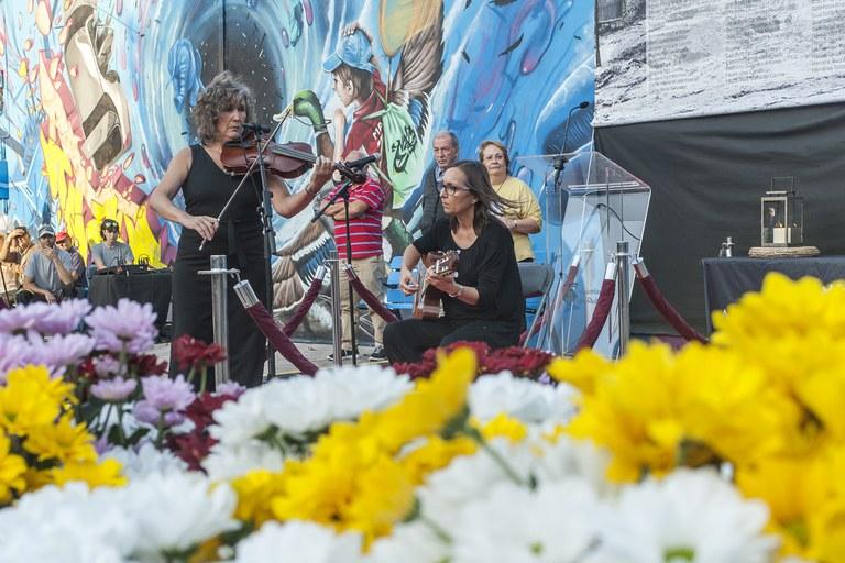 """Mestres de l'Escola Municipal de Música Pere Burés han interpretat """"El cant dels ocells"""" (foto: Cesar Font)"""
