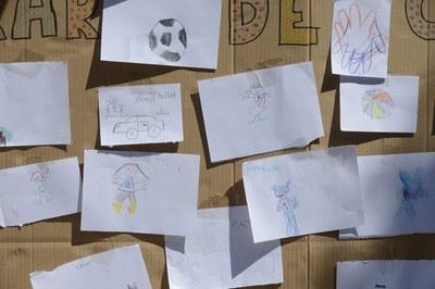 Els infants han parlat de la situació dels refugiats a través dels seus dibuixos (foto: Localpres)