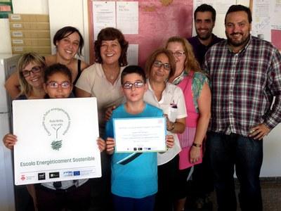 L'equip de Rubí Brilla lliurant el diploma i la placa del projecte 50/50 a l'Escola Mossèn Cinto.