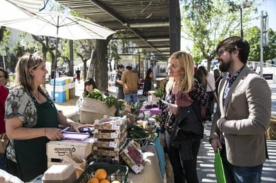 L'alcaldessa i el regidor de Medi Ambient, conversant amb una de les paradistes (foto: Ajuntament de Rubí – Lali Puig).