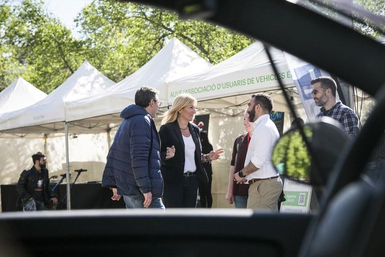 L'alcaldessa ha visitat els estands de la Fira del Vehicle Elèctric aquest divendres (foto: Ajuntament de Rubí – Lali Puig)
