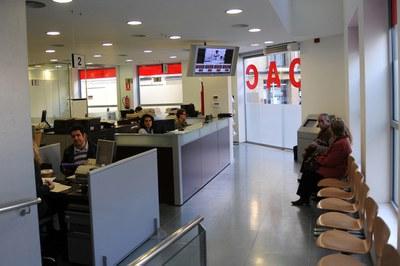 Entre el 6 i el 13 d'abril, les llistes del cens es poden consultar de manera informàtica i de forma assistida a l'OAC del Centre (foto: Lídia Larrosa).