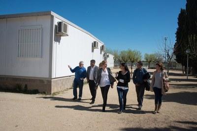 La comitiva municipal, durant la visita als terrenys on es construirà el nou institut (foto: Localpres).
