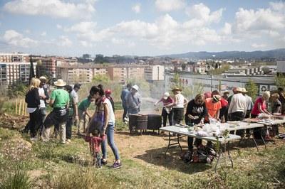 Prèviament, els participants han cuit la carn i els calçots (foto: Ajuntament – Lali Puig)