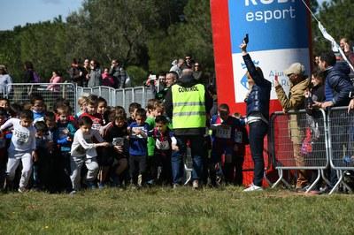 L'alcaldessa donant la sortida a una de les curses (foto: Localpres).