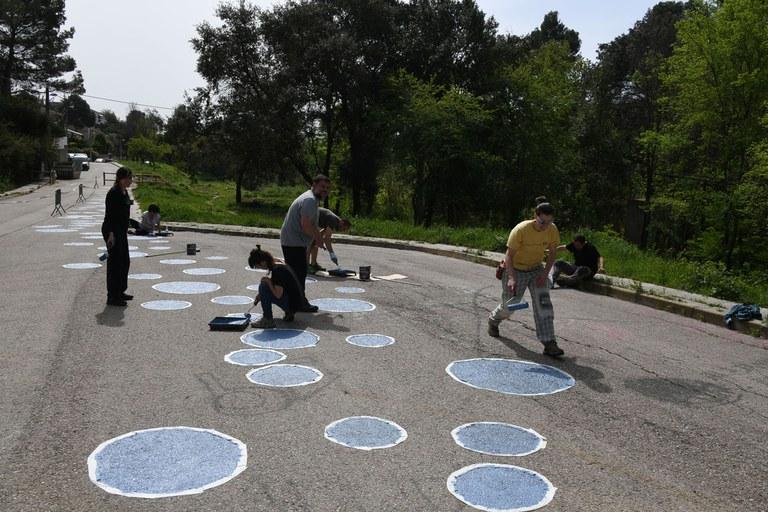 Els participants han pintat un camí de bombolles blaves a l'entorn de la font de Can Moritz (foto: Localpres)