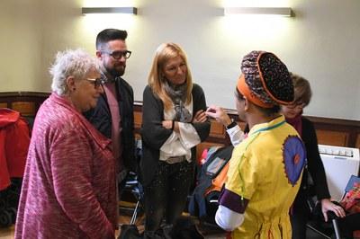 L'alcaldessa i el regidor de Medi Ambient, conversant amb la Síndica de Greuges i el tallerista de música reciclada (foto: Localpres)