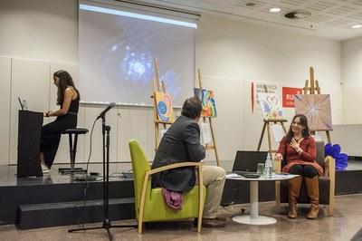 La filla dels escriptors, Laura Rueda, ha interpretat una peça musical al principi de l'acte (foto: Cesar Font)