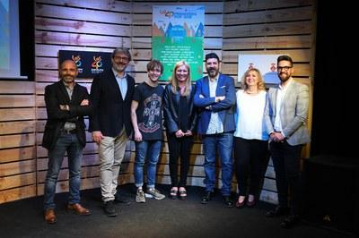 Manel Navarro, amb els representants de l'Ajuntament de Rubí, el presentador del festival i els responsables de LOS40 (foto: Localpres).