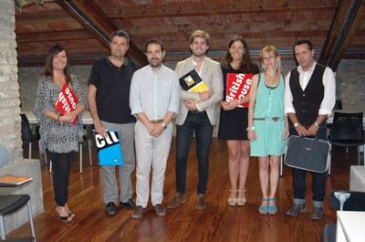 El regidor Jaume Buscallà amb els representants dels centres d'idiomes col·laboradors.