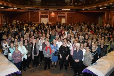Les dones assistents, amb l'alcaldessa i les regidores de Polítiques d'Igualtat i de l'Àrea de Serveis a les Persones (foto: Localpres).