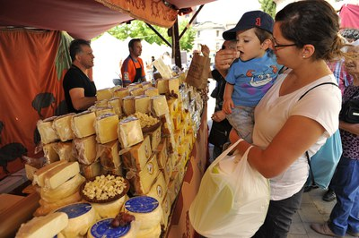 Els visitants han pogut tastar una gran diversitat de formatges (foto: Localpres).