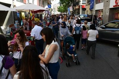 L'illa de vianants s'ha omplert de botigues i clientela  (foto. Localpres).