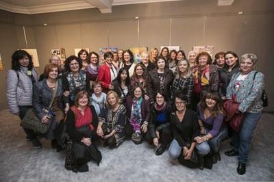 Les sòcies de Mujeres Creatives del Vallès amb l'alcaldessa i les regidores Maria Mas i Marta García (foto: Ajuntament de Rubí – Lali Puig).