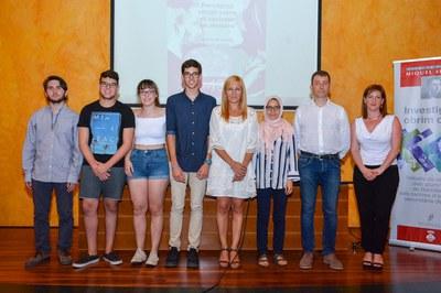 Els estudiants guanyadors, amb les autoritats locals (foto: Localpres).