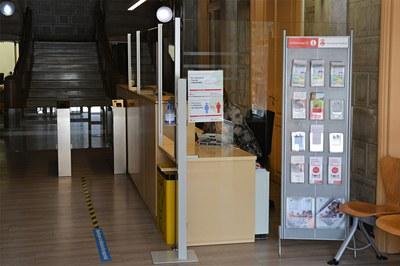 Les persones inscrites a la formació fan tasques d'atenció al públic (foto: Ajuntament de Rubí).