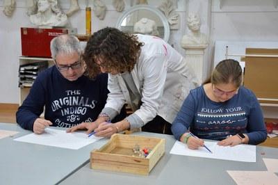El professor Jorge Vicente ajuda l'alumnat a dominar diferents tècniques artístiques (foto: Ajuntament de Rubí).
