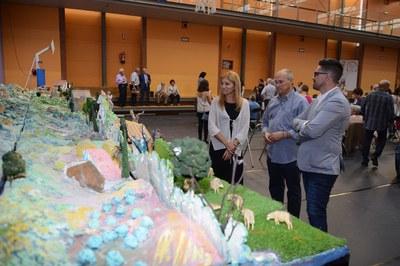 L'alcaldessa i el regidor de Cultura han visitat el gran pessebre instal·lat al pavelló del col·legi Regina Carmeli (foto: Localpres).