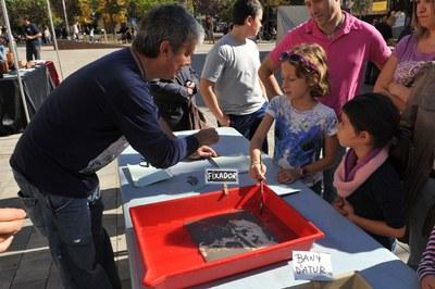 El Grup Fotogràfic El Gra ha ofert a les famílies tallers de quimigrames (foto: Localpres).