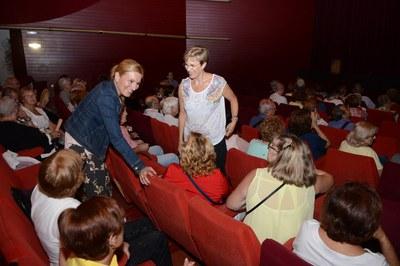 L'alcaldessa, Ana María Martínez, ha conversat amb alguns dels assistents a l'espectacle teatral (foto: Localpres)