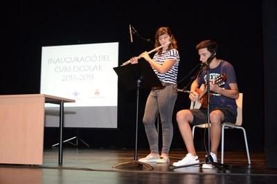 A l'inici de l'acte, dos alumnes de l'Escola de Música Miquel Blanch de Castellbisbal han interpretat la cançó Scientist, de Coldplay (foto: Localpres)