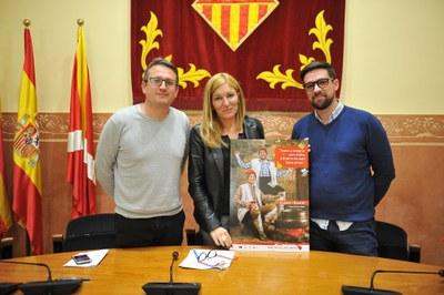 L'alcaldessa amb els regidors de Comerç i Cultura i el cartell de la campanya Rubí, on visc, con compro (foto: Localpres).