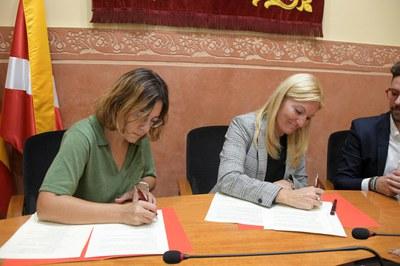 Moment de la signatura del pacte (foto: Ajuntament de Rubí - Localpres)