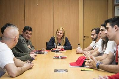 Els excursionistes s'han trobat aquest divendres amb l'alcaldessa i el regidor d'esports (foto: Lali Puig - Ajuntament de Rubí).