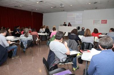 Diferents agents de la comunitat educativa s'han donat cita a la Biblioteca Municipal Mestre Martí Tauler (foto: Ajuntament de Rubí – Lali Puig).