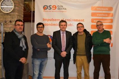 Rafael Güeto, entre l'alcalde de Solsona i el regidor de Promoció Econòmica de Cardona, amb part de la delegació d'aquests municipis a la Masia de Can Serra.