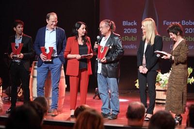 Els premiats en les categories de vins negres amb l'alcaldessa i les presentadores de la gala (foto: Premis Vinari).