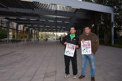 El regidor Juan López i el director de la UAR durant la presentación de la cursa de Sant Muç a la Rambla del Ferrocarril, punt d'inici de diumenge.