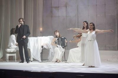 L'Esbart Dansaire de Rubí ha participat en la interpretació del tema 'Veles e vents' de Raimon (foto: Localpres)