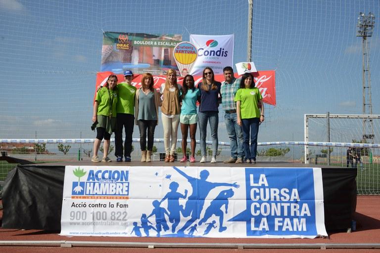 Els representants institucionals, amb l'equip de la Schola i les atletes convidades (foto: Localpres)
