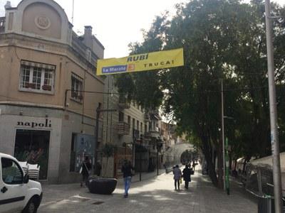 El suport a La Marató també es fa visible amb dues pancartes situades al carrer Maximí Fornés i a la carretera de Sant Cugat (foto: Ajuntament de Rubí).