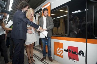 El president d'FGC, l'alcaldessa i el conseller de Territori i Sostenibilitat, descobrint la imatge del nou tren Rubí (foto: Cesar Font).