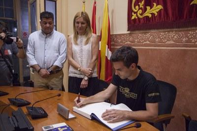 El president de l'HCR Cent Patins, signant el Llibre de l'esport de la ciutat (foto: Localpres)